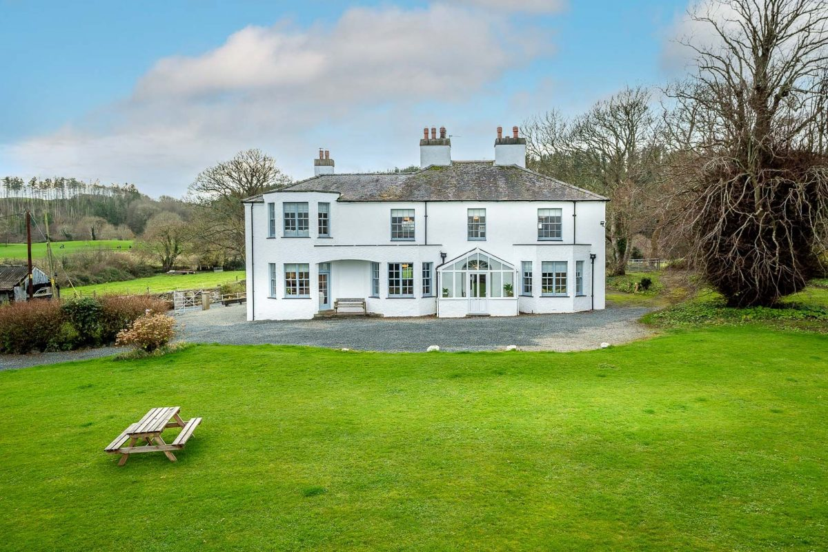 BEAUTIFUL MANOR HOUSE NEAR BEAUMARIS ON ANGLESEY | CICHLE-LLANGOED