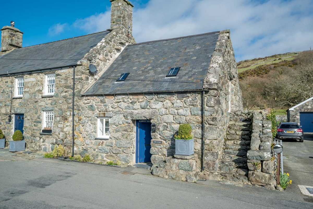 BIJOUX HOLIDAY COTTAGE BETWEEN MOUNTAINS AND SEA | STABAL-LLANFAIR