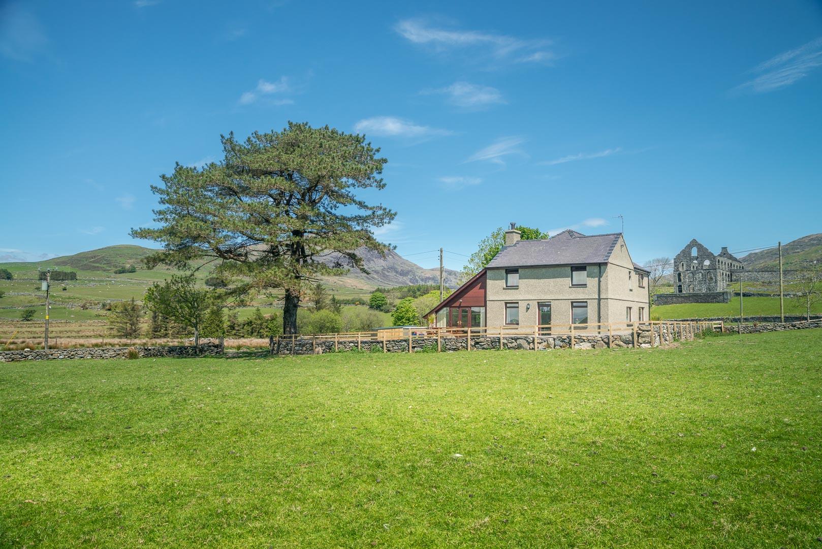 Traditional Farmhouse Accommodation in Snowdonia   Bryn-Weirglodd