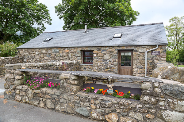 One Bedroom Character Holiday Cottage On a Working Farm | Twlc-Dyrus