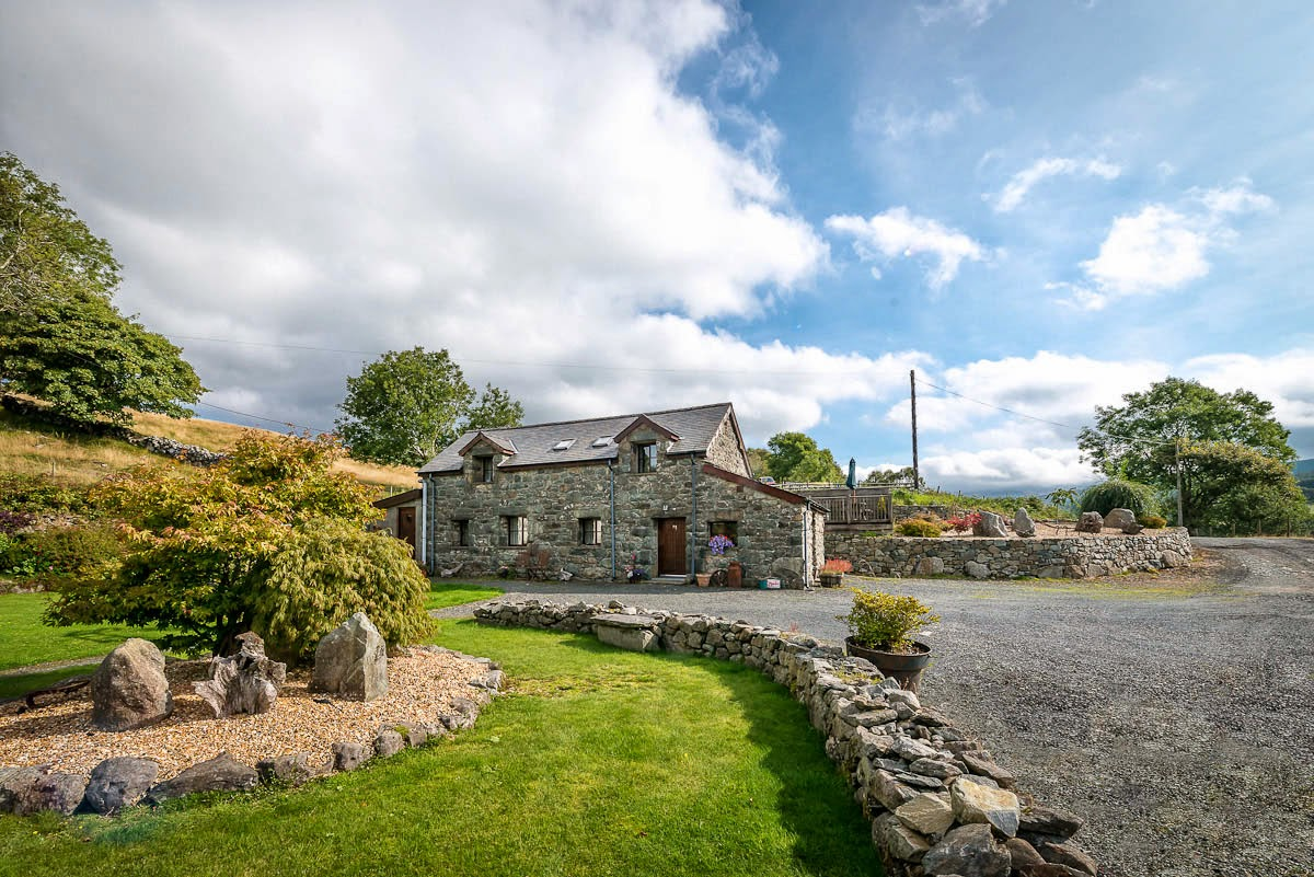 Farm Holiday Cottage With Mountain Views | Beudy-Penardd