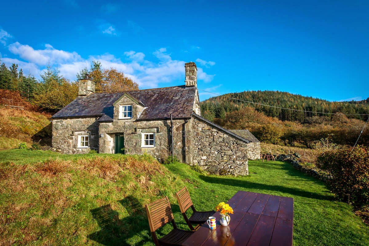 Two bedroom holiday cottage in the mountains above Dolgellau | Tyn-Simdde