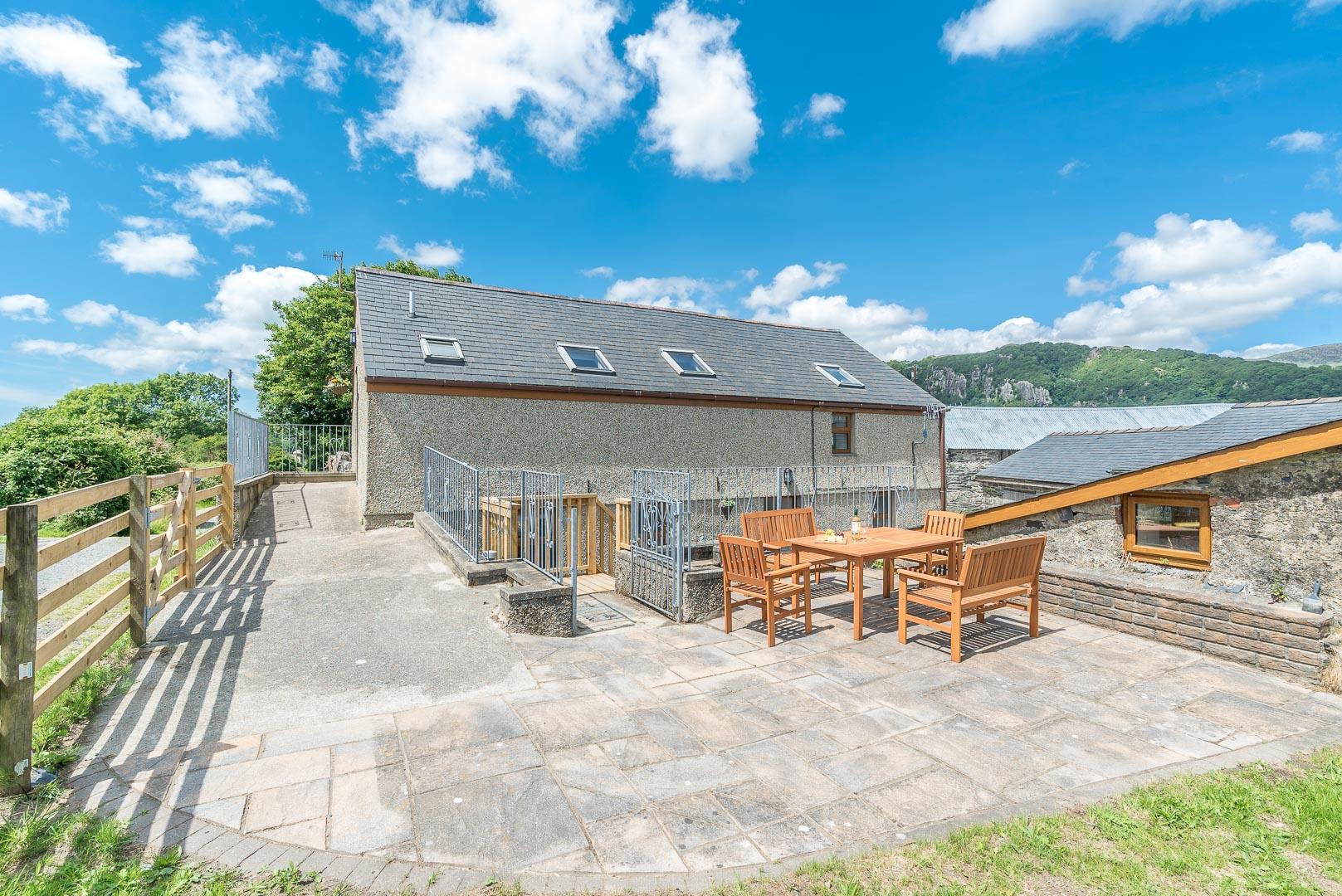 Three Bedroom Farm Holiday Cottage in Porthmadog   Llofft-Talar