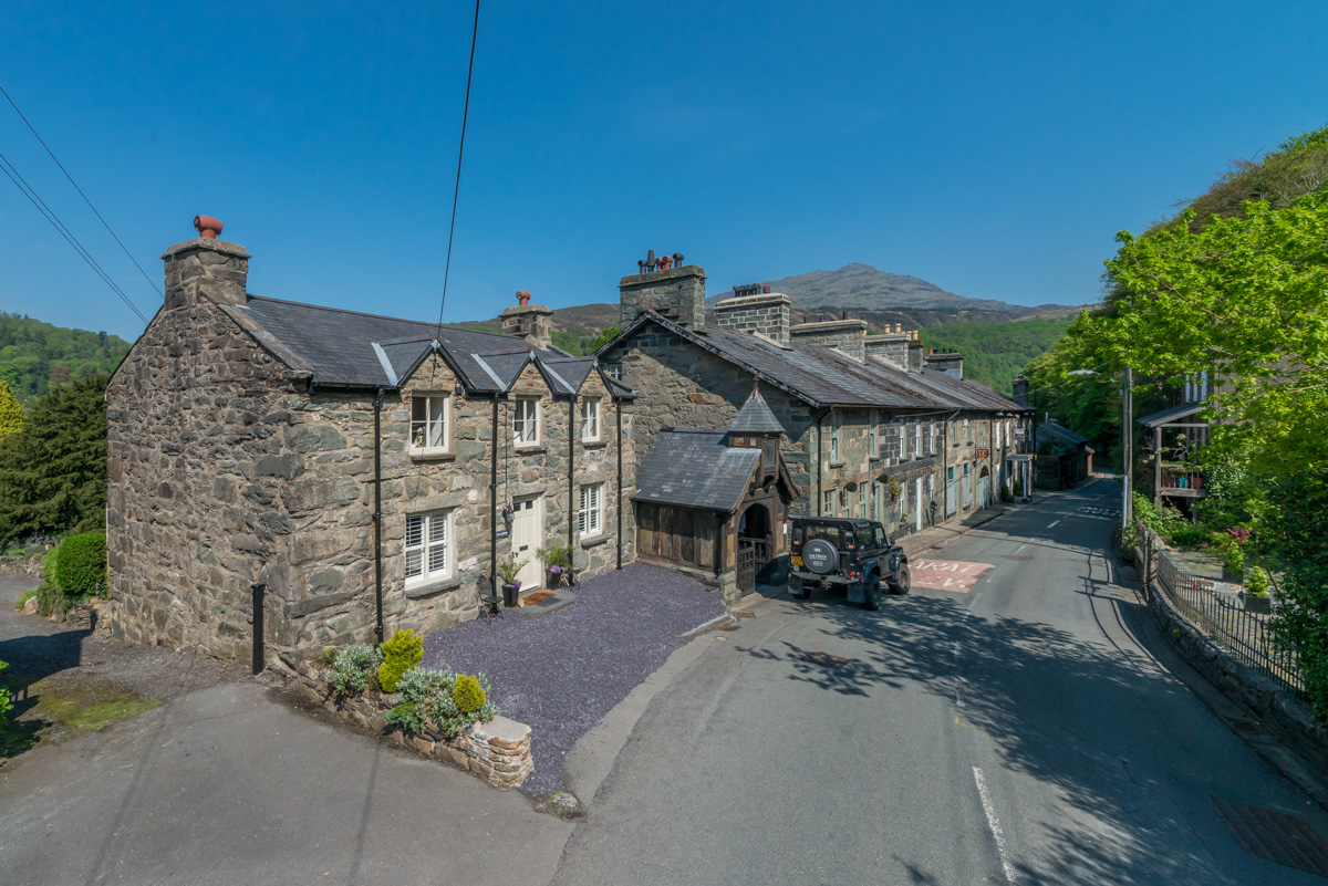Detatched three bedroom holiday cottage in village location   Br