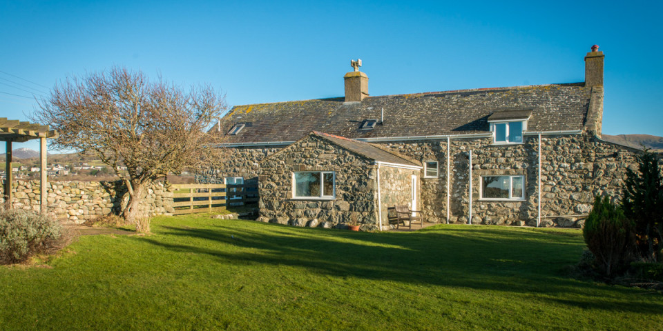 STONE HOLIDAY COTTAGE WALKING DISTANCE FROM THE BEACH | BWTHYN-BENNAR-ISA