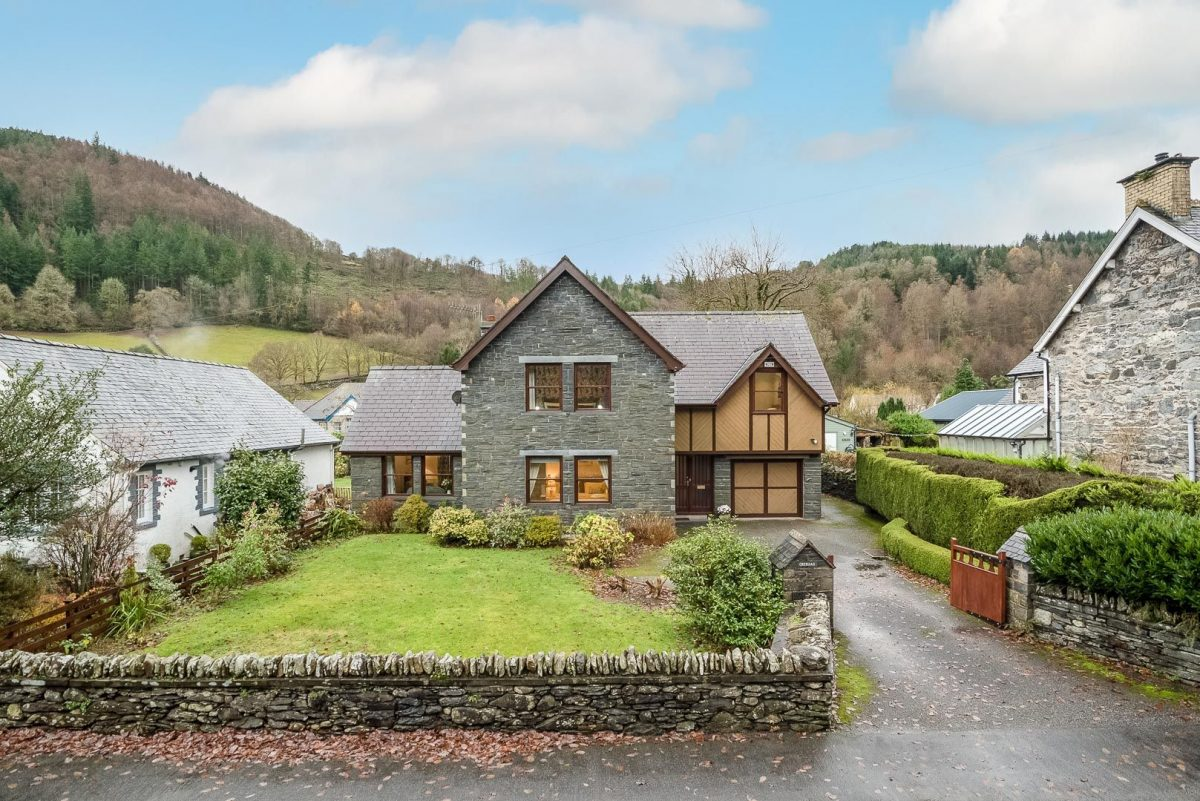 SPACIOUS THREE BEDROOM HOLIDAY COTTAGE IN BETWS Y COED | CREIGIA-BETWS