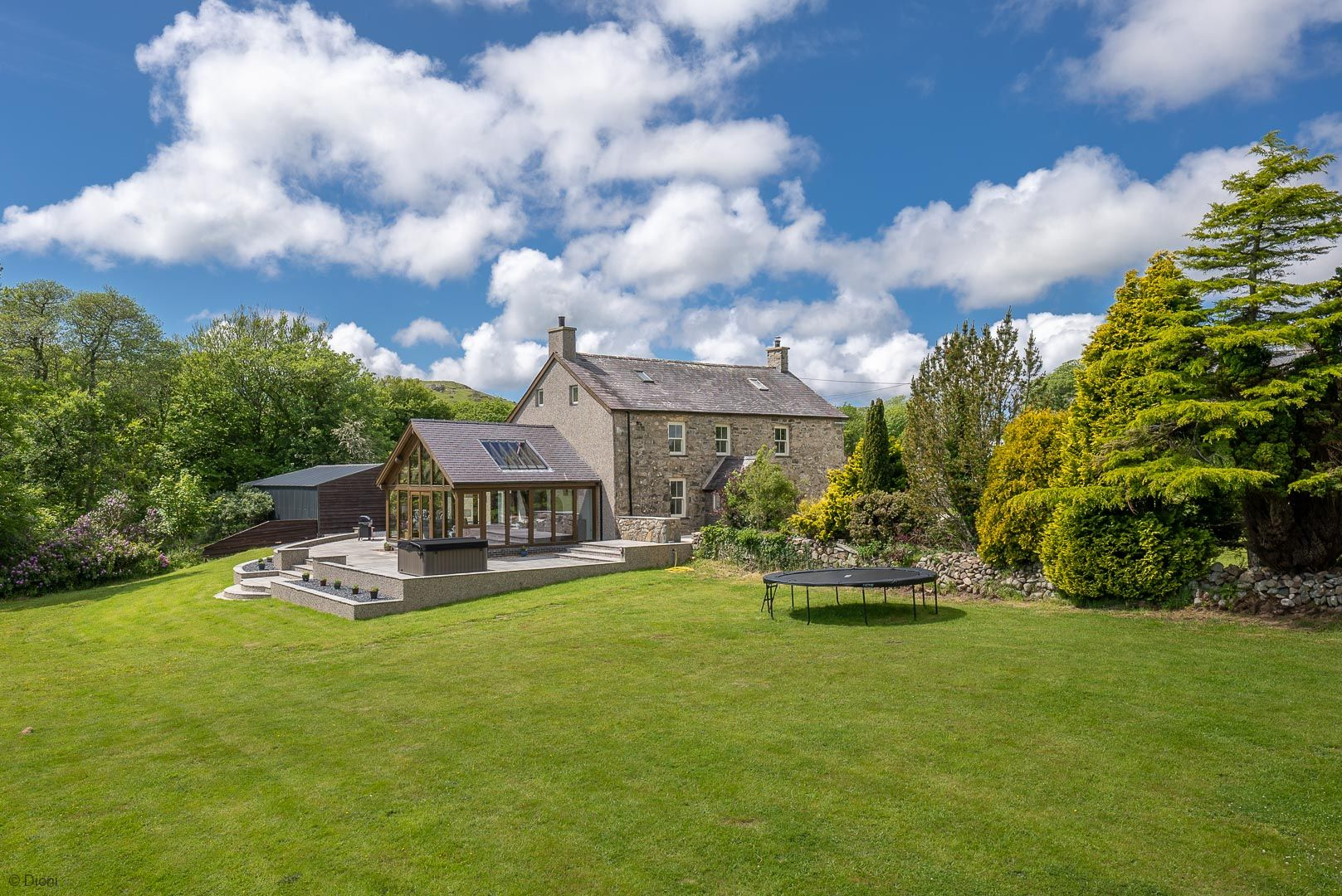 LARGE STONE COTTAGE WITH HOT TUB AND SEA VIEWS   TY-NEWYDD-LLANNOR